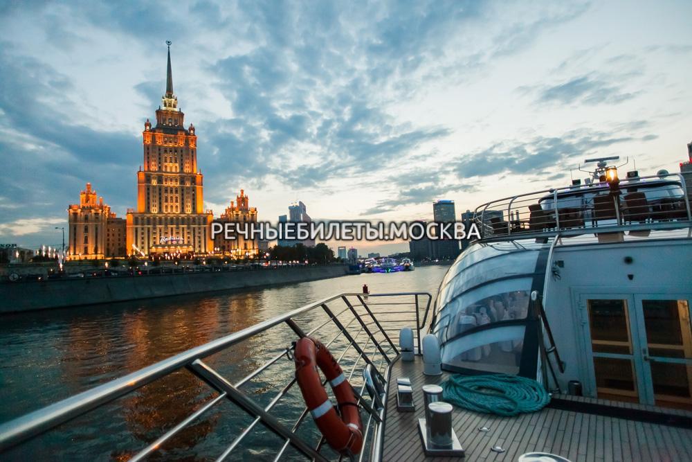 Речная прогулка с ужином или обедом на яхте Рэдиссон-Ройал (гостиница Украина)
