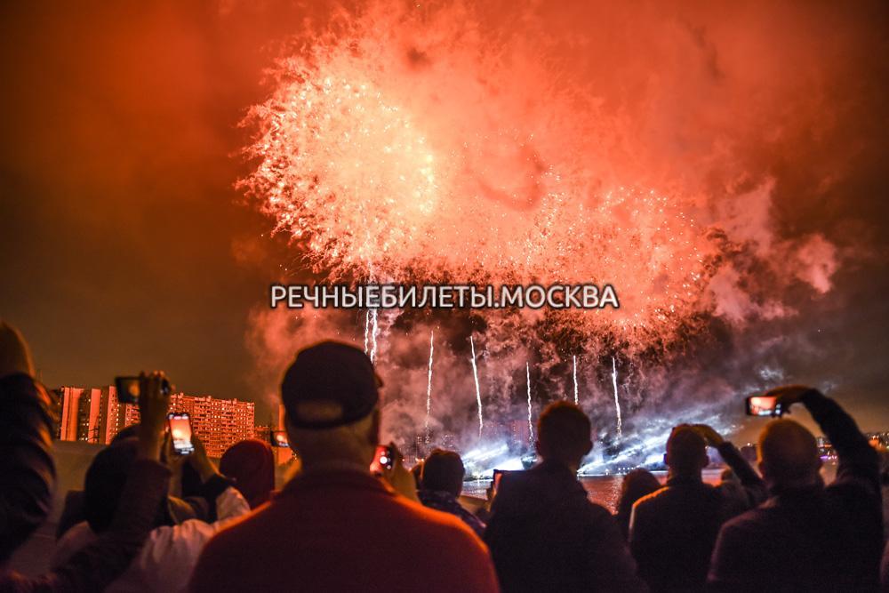 """Салют в День России на новом панорамном VIP теплоходе """"Благодать"""" с гала-ужином"""