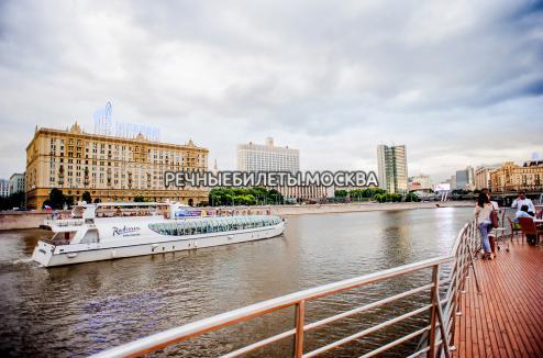 Прогулка с ужином или обедом на панорамной яхте Рэдиссон-Ройал (гостиница Украина)