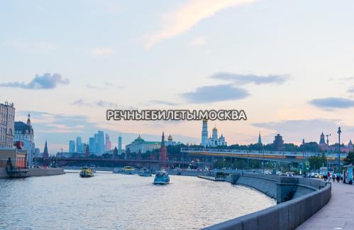 Речная прогулка по Москве-реке с фейерверком в День железнодорожника на теплоходе