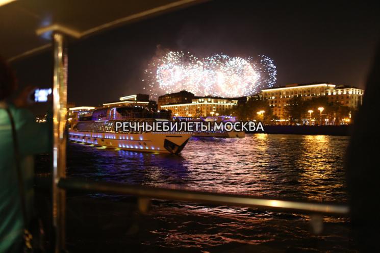 Фейерверк в День России с борта комфортабельного теплохода