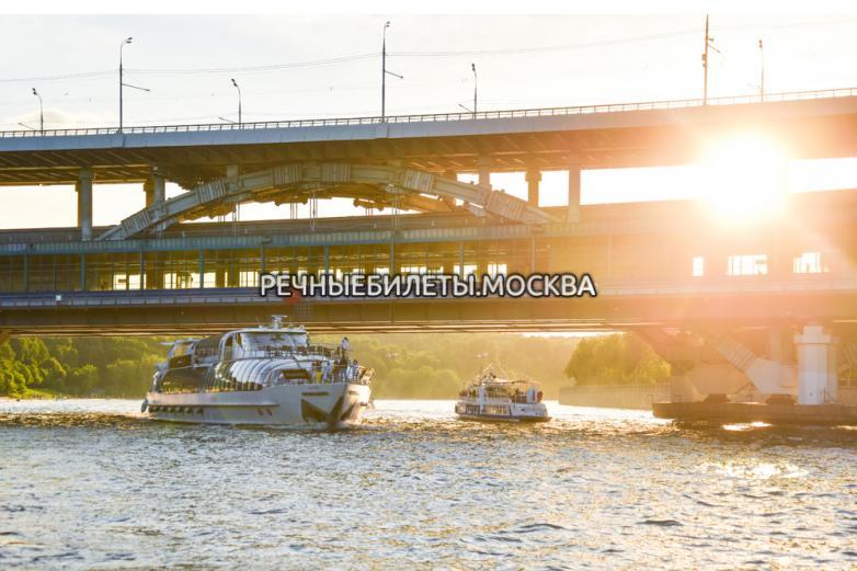 Речная прогулка по Москве-реке с фейерверком в День Речника на комфортабельном теплоходе
