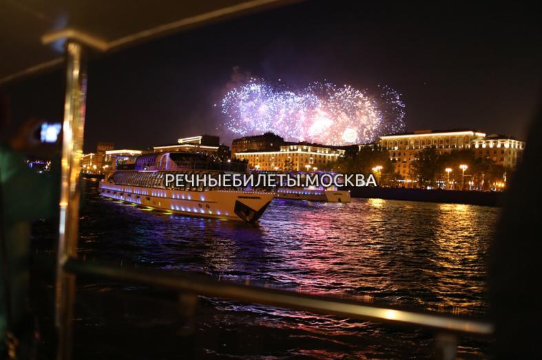 Прогулка по Москве-реке на современном теплоходе с просмотром салюта в День Города