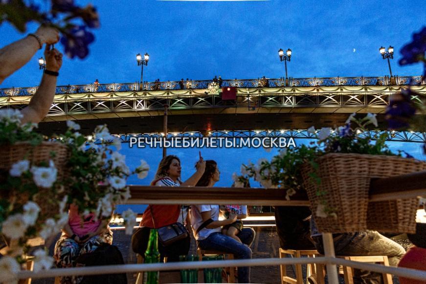 "Прогулка на комфортабельном теплоходе-ресторане ""Волна"" в Москве с просмотром салюта и ужином"