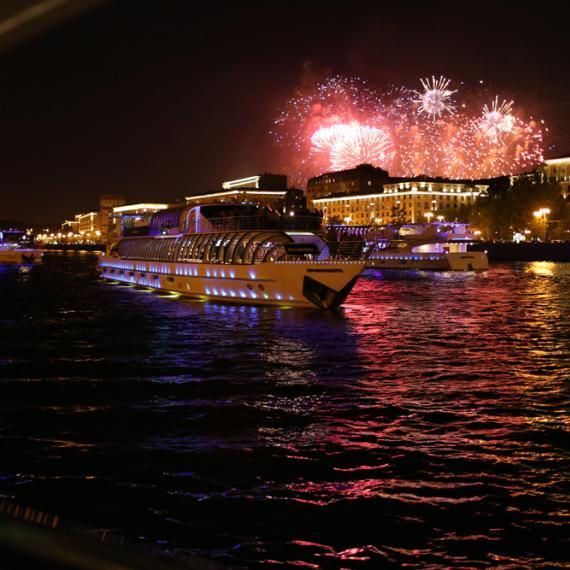 Салют с борта теплохода и праздничная прогулка в День Победы по Москве-реке