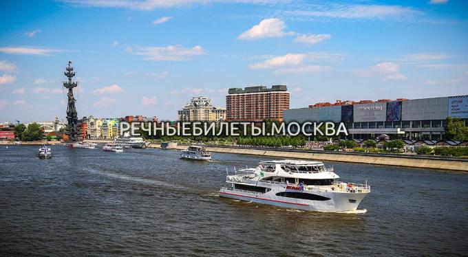 """Trip in the Moscow's city center on the yacht """"Palma de Sochi"""" with different sets from the chef"""