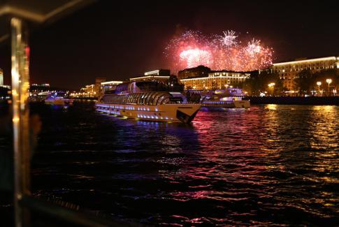 Салют с борта теплохода и праздничная прогулка ко Дню Победы по Москве-реке